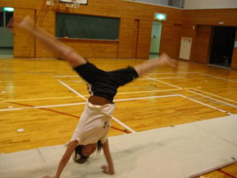 体操基礎・・・ 前転、後転、倒立、側転、バク転を基礎からおこないます フリーランニング・・・ 跳